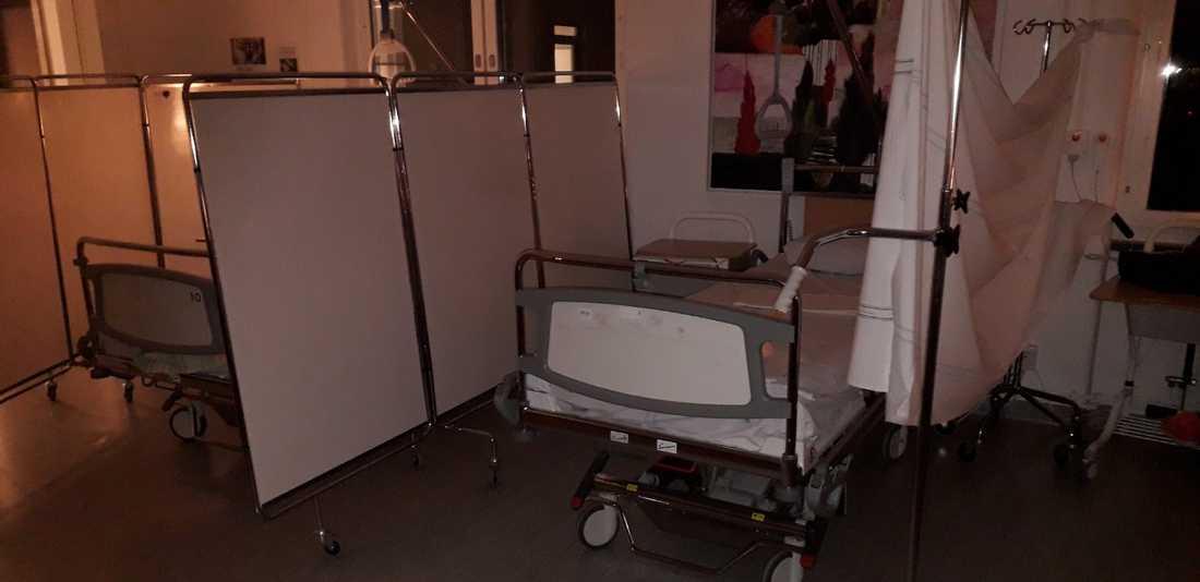 Lakan och flyttbara väggar används för att ge patienterna lite avskildhet.