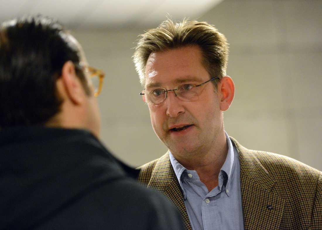 Robert Gustafsson, ordförande för SAS-sektionen i Svensk Pilotförening , meddelar utanför SAS Huset på Kastrups flygplats vid 05.30-tiden på måndagsmorgonen att man nu sträckt sig så långt det går i förhandlingen, men att avtalet inte är påskrivet.