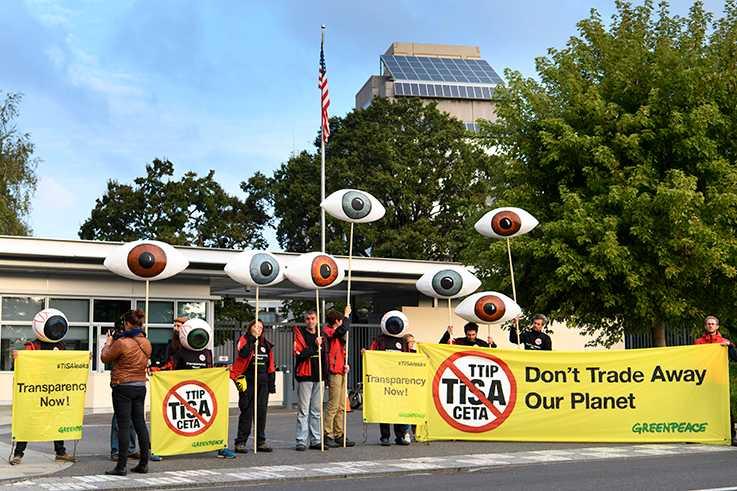 Greenpeace-aktivister demonstrerar i Geneve.