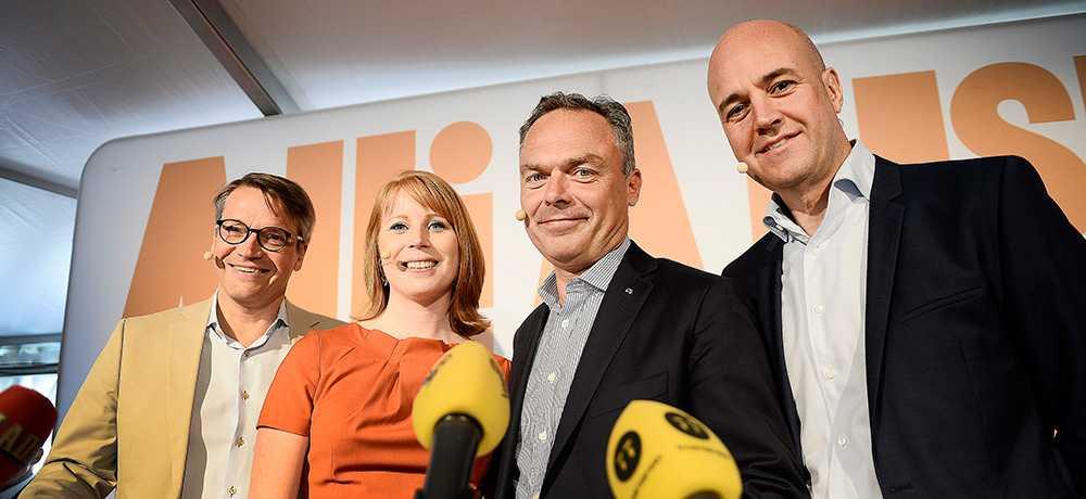 I söndagens Agenda tog statsminister Fredrik Reinfeldt tillbaka det tidigare beskedet att släppa fram Stefan Löfven som statsminister om de rödgröna partierna får fler röster än Alliansen. Men Folkpartiet och Centerpartiet står kvar vid den tidigare linjen. – Om det är så att Vänsterpartiet, Miljöpartiet och Socialdemokraterna blir större än Alliansens fyra partier kommer vi att lägga ner våra röster, säger Annie Lööf till Rapport