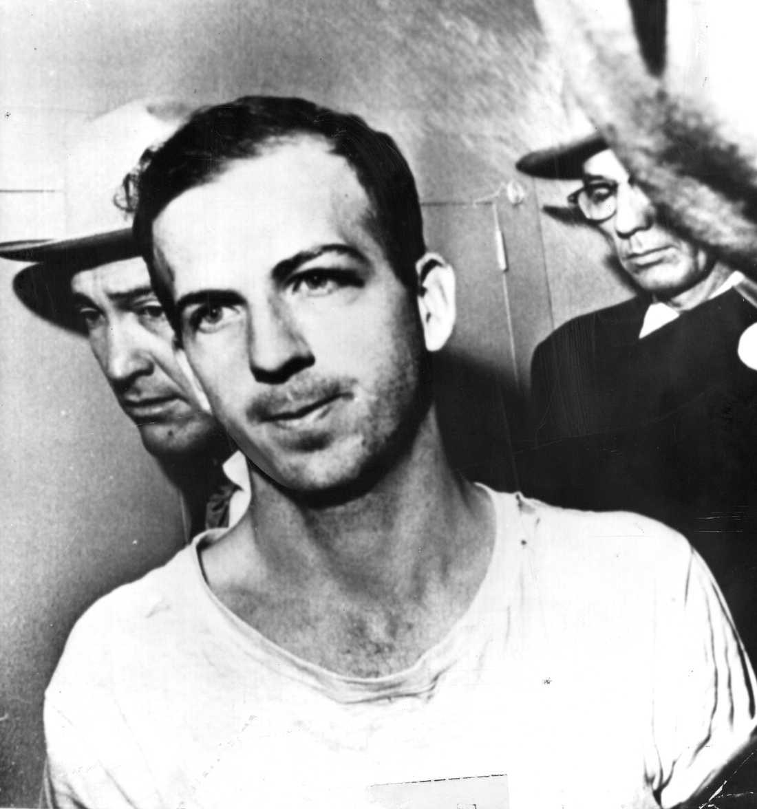 Lee Harvey Oswald flyttas från sin cell till ett förhör.