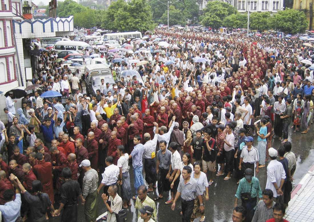 2007 Munkar i Burma marscherar i protest mot Aung San Suu Kyis fångenskap.