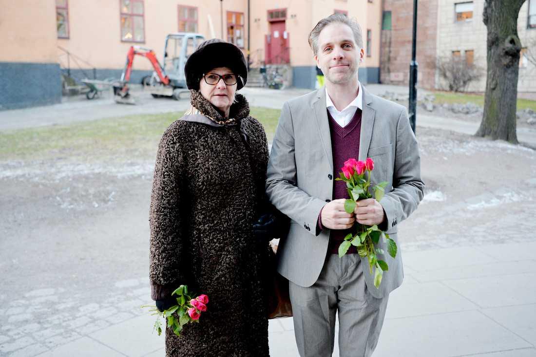 """Vännerna tog farväl """"Hela tillvaron kommer att bli fattigare och färglösare"""", säger de båda skådespelarna Sissela Kyle och Fredrik Meyer som kom till Lennart Hellsings begravning. Foto: ANDREAS BARDELL"""