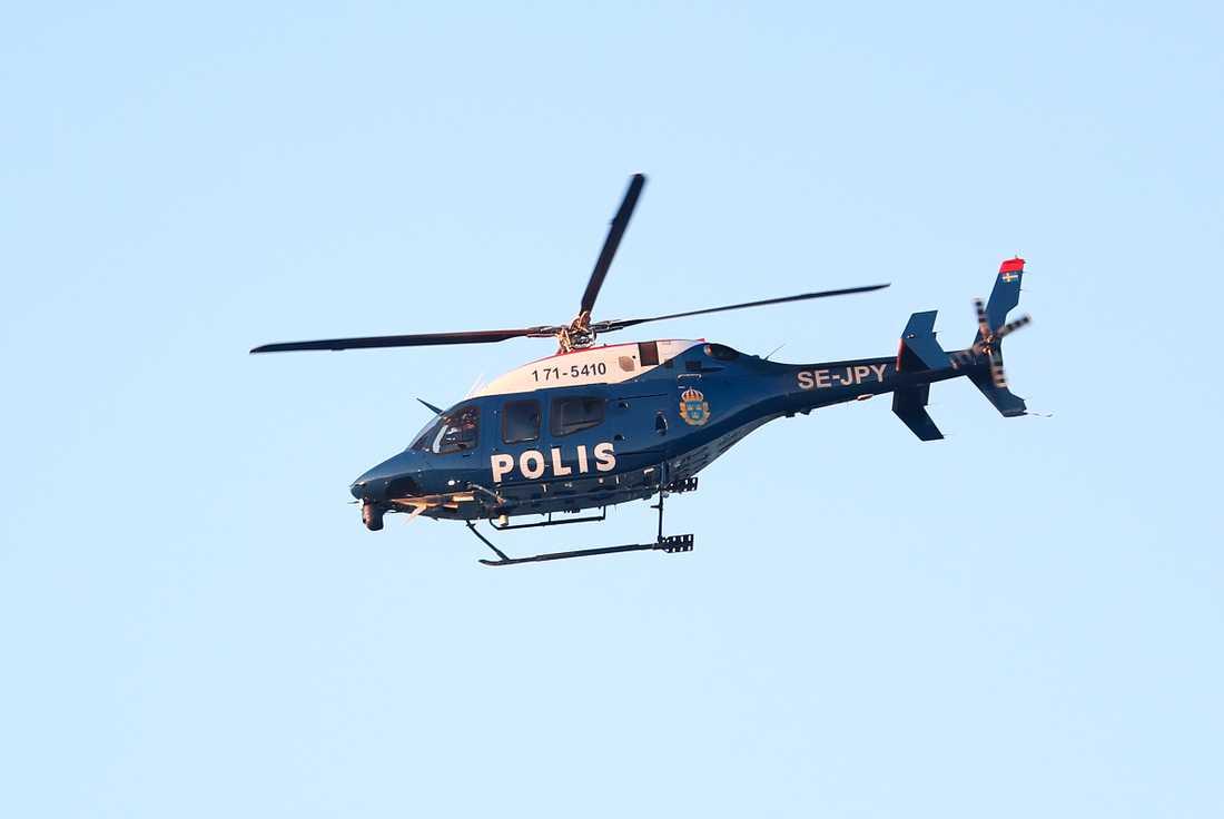 En helikopter användes också under insatsen.