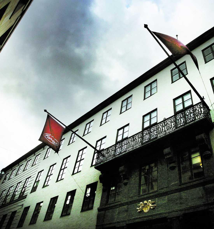 kreugers palats De slitna flaggorna hänger utanför Carnegies huvudkontor i Tändstickspalatset i centrala Stockholm. För 80 år sedan satt finansmannen Ivar Kreuger i samma lokaler – och såg sitt imperium krossas i dåtidens stora finanskris. Nu ska Finansinspektionen granska Carnegies affärer – för andra gången på lite drygt ett år. Flera av storägarna kräver redan att bolagets vd och styrelse ska avgå.