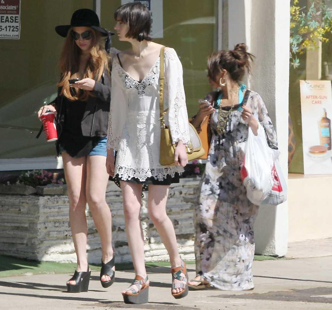 Även Lindsay Lohan tog med familjen till stranden.  Foto: All Over Press