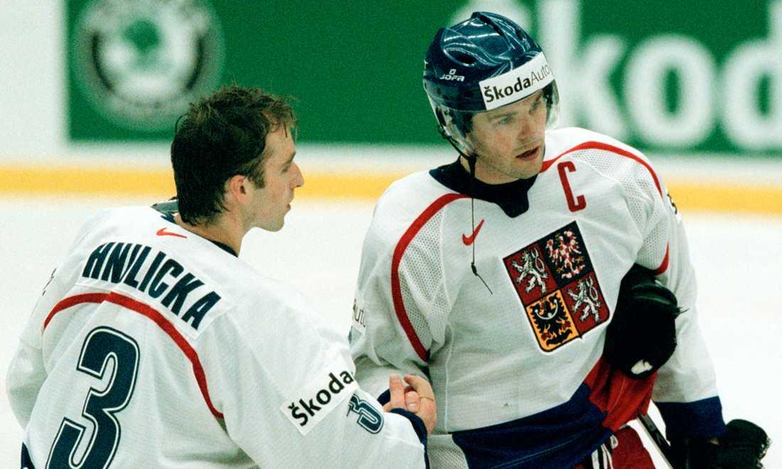 Jagr tillsammans med målvakten Milan Hnilicka efter 5-0 mot Schweiz i VM i Sverige 2002.