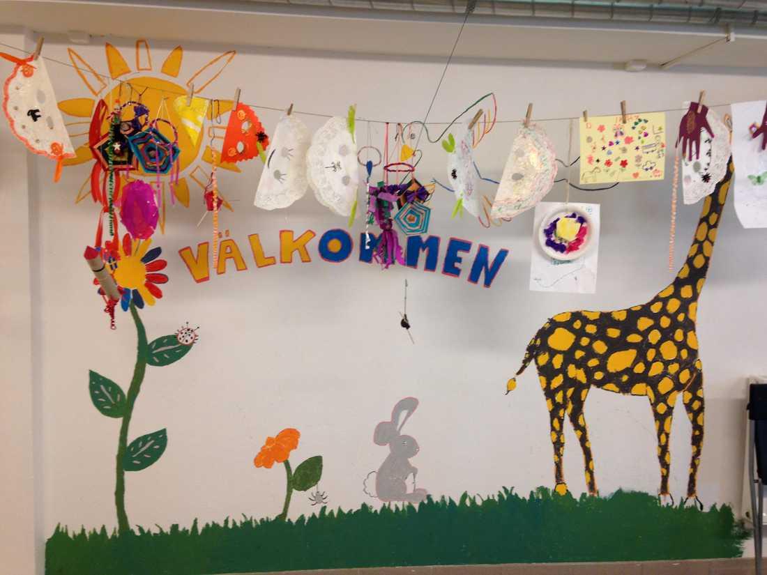 Hemlösa barn i Malmö utrustades med kameror för att visa upp sin vardag: Här är ett lekrum som inretts av en ideell organisation i källaren till ett boende.