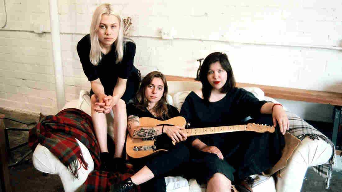 Phoebe Bridgers, Julien Baker och Lucy Dacus i Boygenius. Deras självbetitlade ep är ett av höstens måsten.