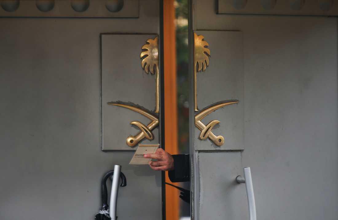 En säkerhetsvakt räcker över ett dokument till en kollega genom porten till det saudiska konsulatet i Istanbul. Ännu vet mycket få vad som hände bakom portarna. Arkivbild.