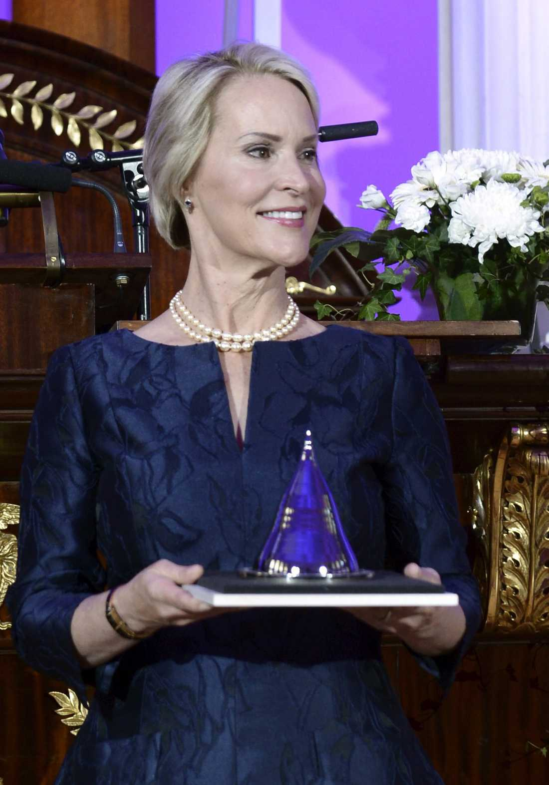 Frances Arnold har fått många utmärkelser under årens lopp. På bilden tar hon emot The Millenium Technology Prize 2016 vid en ceremoni i Helsingfors i Finland.