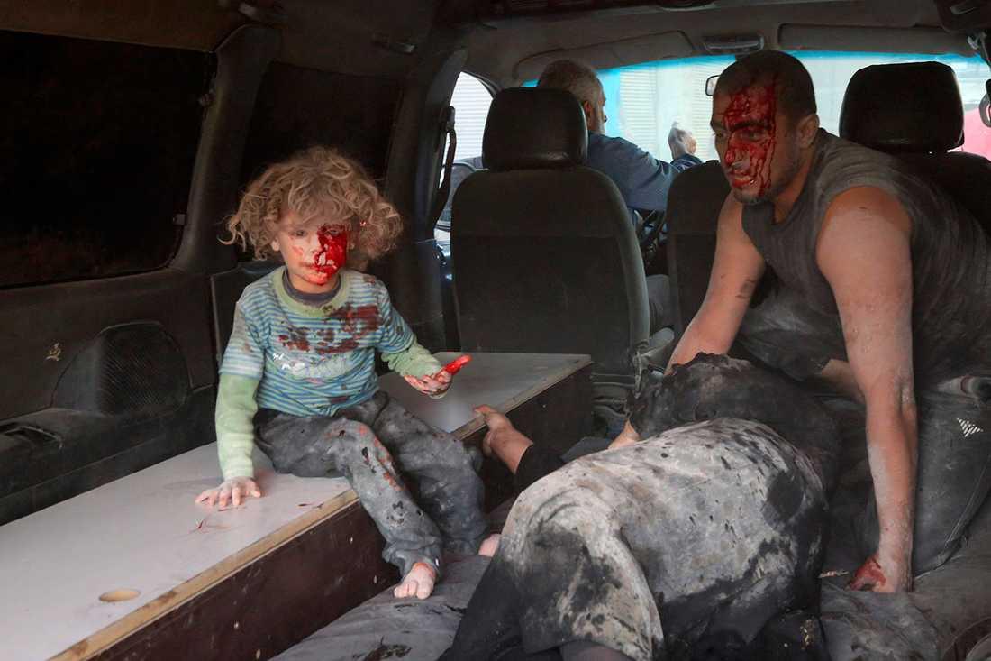 Ett skadat barn, en skadad kvinna och en skadad man i Kafr Batna strax utanför Damaskus. De har bombats av regimen eller Ryssland.