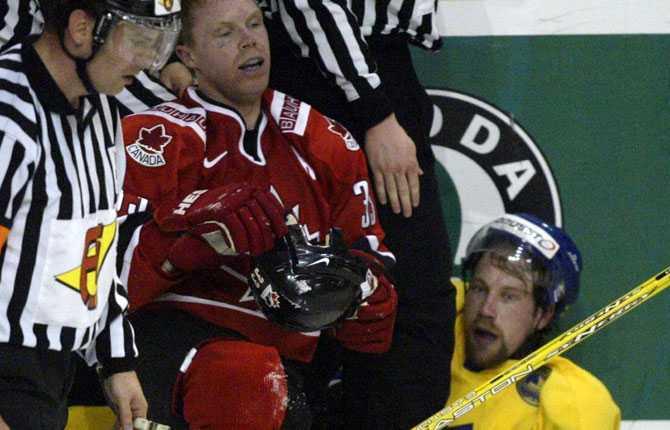 VM 2003  Foppa  förstärker Tre Kronor i VM 2003 och blir förstås hårt uppvaktad. Här är det Kanadas Kris Draper som uppvaktar svensken i grundspelet. Kanada blev sen också för svårt i finalen, Anson Carter avgjorde med sitt 3 2.