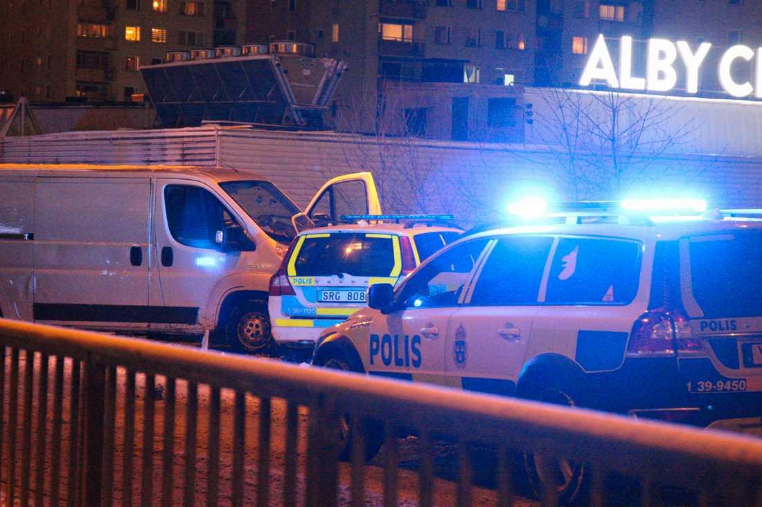 En skåpbil körde in i en polisbil.