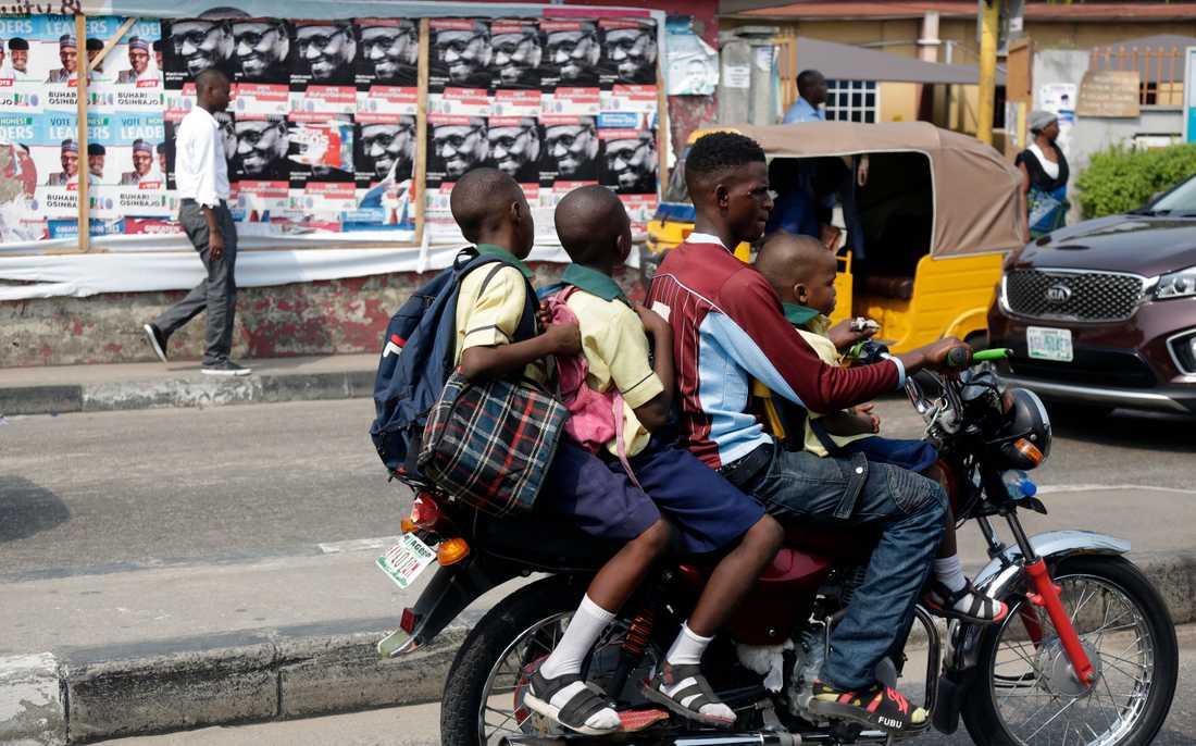 En motorcykeltaxi i Lagos, något som i framtiden kan bli en sällsynt syn. Arkivbild.