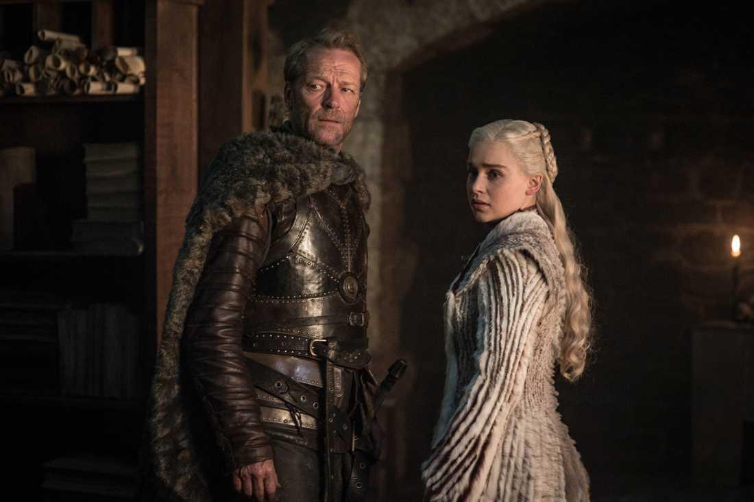 """Iain Glen tillsammans med Emilia Clarke i den sista säsongen av """"Game of thrones"""". Pressbild."""