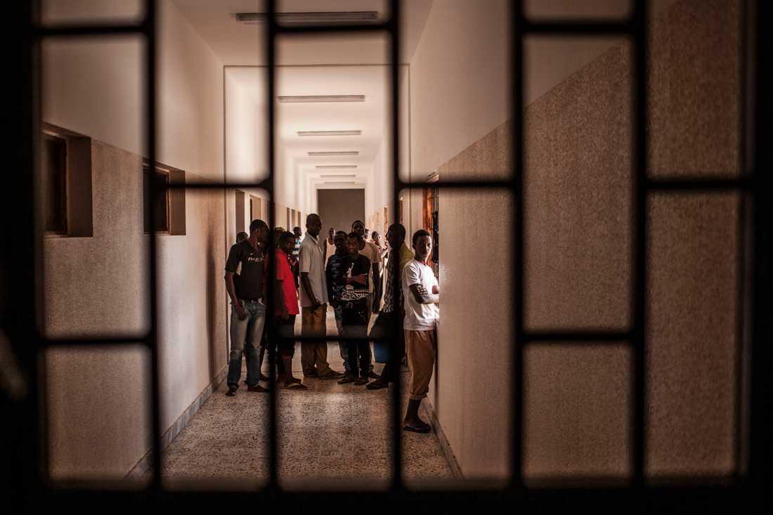 Migranter vid ett förvar utanför den libyska staden Misrata. Anläggningen på bilden har inga direkta kopplingar till texten. Arkivbild.