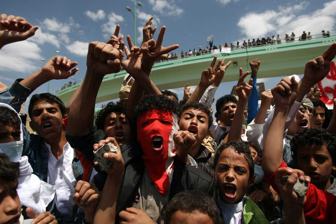 Demonstranter i en demonstration på väg mot USA-ambassaden i Jemens huvudstad Sanaa.