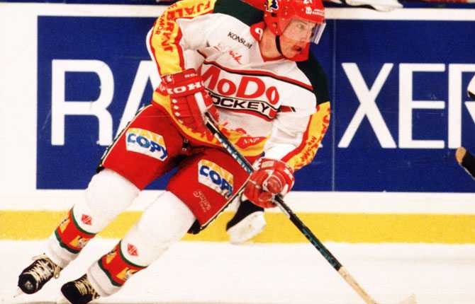 ELITSERIEACTION Säsongen 1990/91 tog Peter Forsberg steget in i elitserien. Här ses han i Modotröjan i en match 1992.