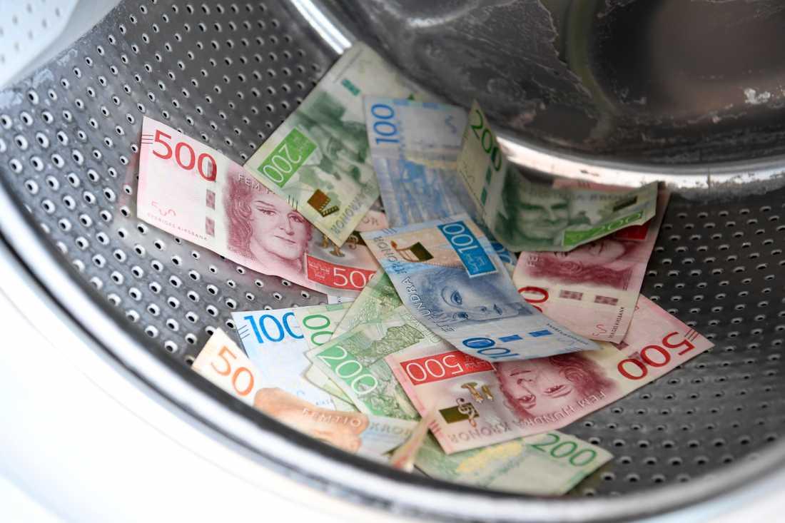 Anställda på Riksbanken kunde plocka ur sedlar, som registrerats som makulerade, med pincett. Arkivbild.