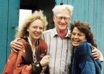 Svanlunda i Skåne, 1993  Här är jag tillsammans med min syster och konstnären Olle Svanlund utanför hans ateljé och galleri i Skåne. Vi har adopterat honom som vår älskade farbror och han har inspirerat mitt konstintresse.
