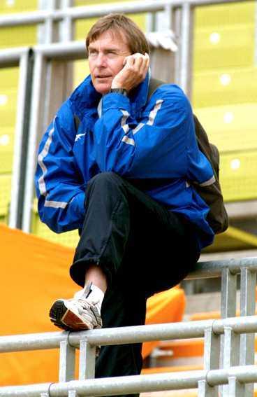"""NU FÅR DET VARA NOG  Förbundskaptenen Ulf Karlsson reagerar starkt på den offentliga diskussionen som förs om Carolina Klüft ska hoppa längdhopp eller inte i VM. Han menar att diskussionen påverkar """"Carro"""" negativt."""