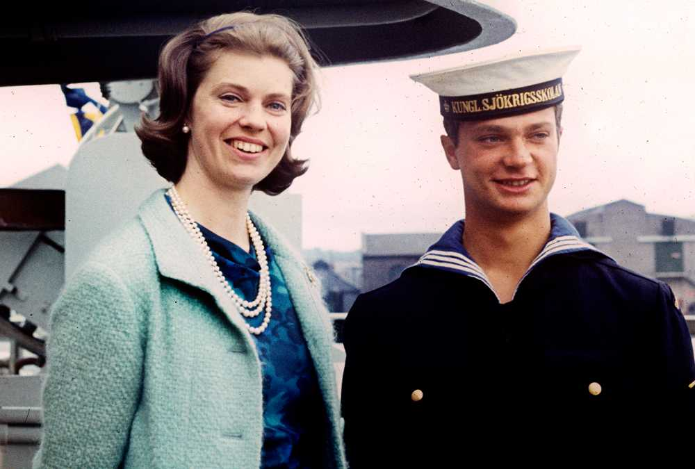 Margaretha tillsammans med lillebror kungen när han gjorde lumpen 1967.
