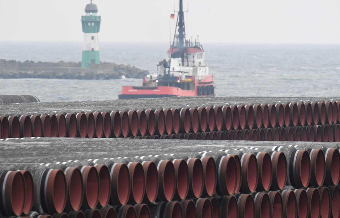 Rör till gasledningen Nord Stream 2 ligger och väntar i en hamn nära Sassnitz i Tyskland.