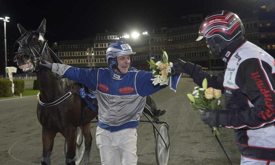 En lycklig Samu Sundqvist med Selmer I.H. och Mika Forss efter segern.