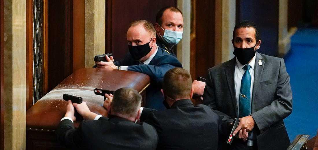 Senatens kammare barrikaderades under stormningen och bevakades av säkerhetspersonal med dragna vapen.