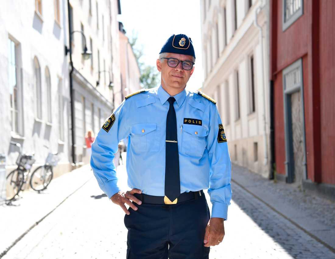 Inget tyder enligt rikspolischef Anders Thornberg på att våldsvågen bland kriminella kommer att mattas av inom kort. Här är Thornberg på plats i Visby under Almedalsveckan.