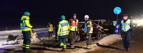 Seriekrock på E22 utanför Norrköping. Tre personer har förts till sjukhus.