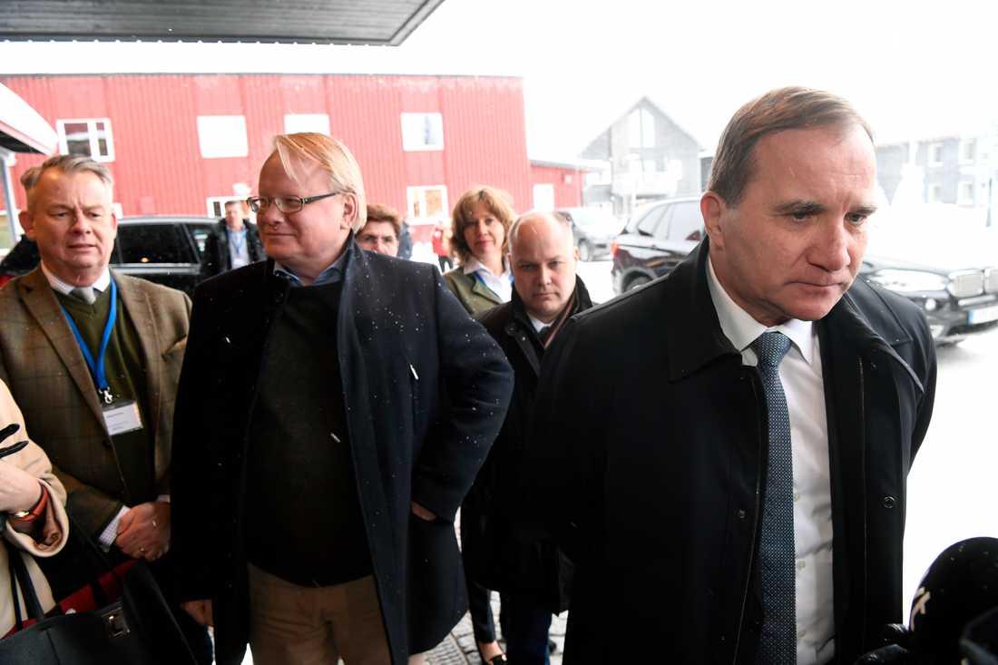 Stefan Löfven och Peter Hultqvist anländer till Folk och försvar.