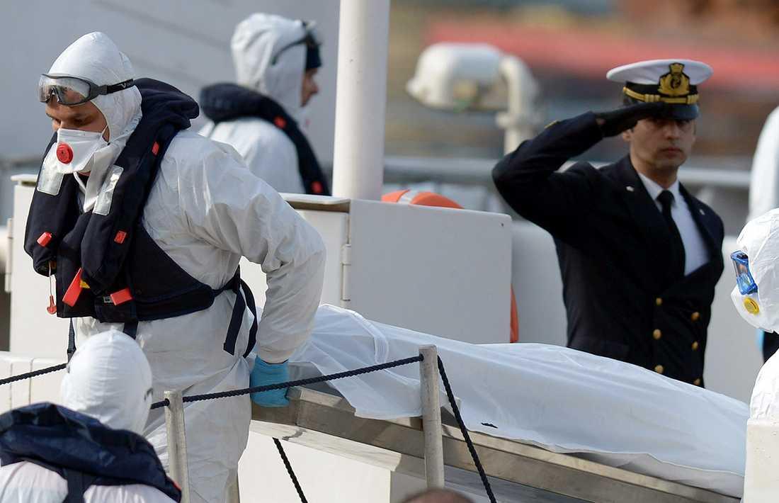Personal från italienska kustbevakningen bär av döda flyktingar från fartyget Bruno Gregoretti.