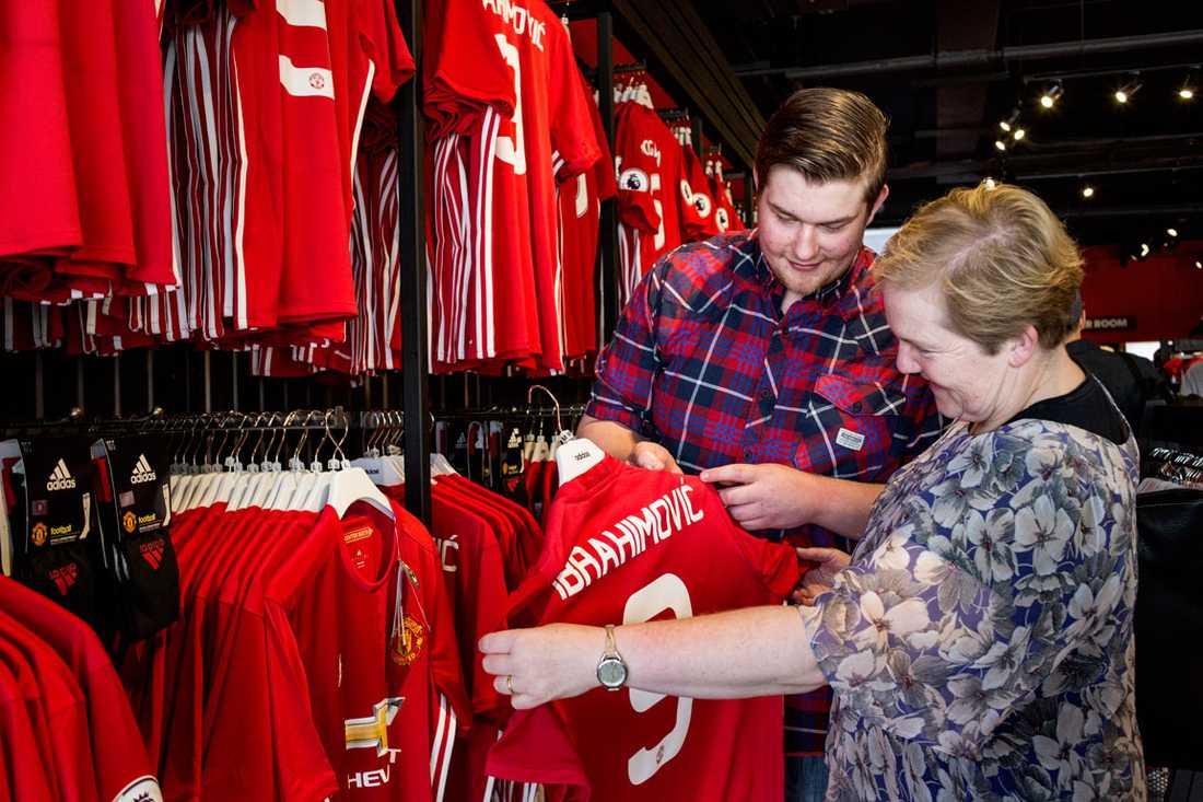 Sue Pike och hennes systerson James Spencer är Unitedfans och tittar på en Ibrahimovictröja i butiken Mega Store utanför fotbollsarenan Old Trafford i Manchester där Zlatan och Manchester United kommer att spela sina hemmamatcher.