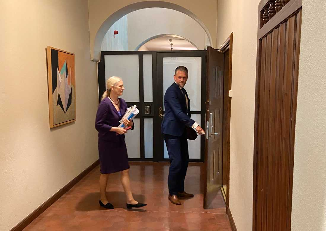 Kinaambassadören Anna Lindstedt och advokat Conny Cedermark på rättegångens sista dag.