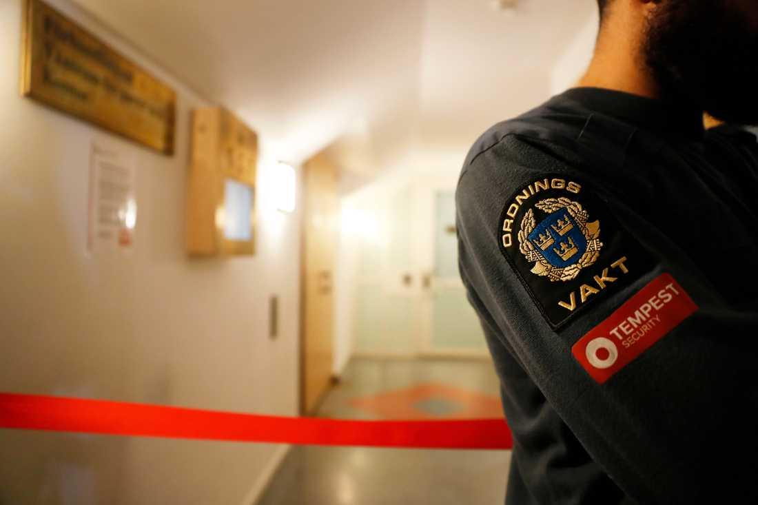 Vakter och avspärrningsband vid ingången till säkerhetssalen i Stockholms tingsrätt, där förhandlingen mot de sex männen hålls.