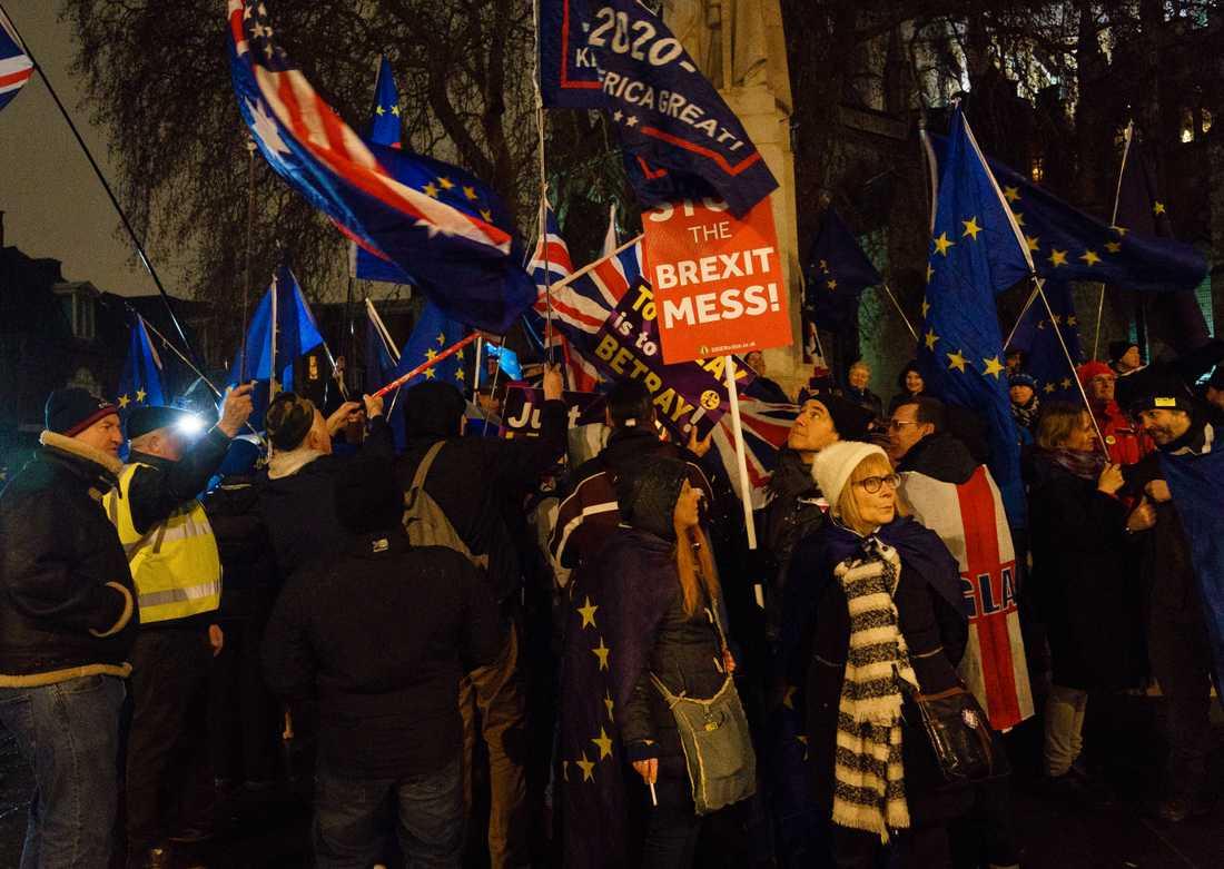 """Yes- och No-skyltarna har bytts ut mot """"Stop the brexit mess"""" – stoppa brexitröran."""