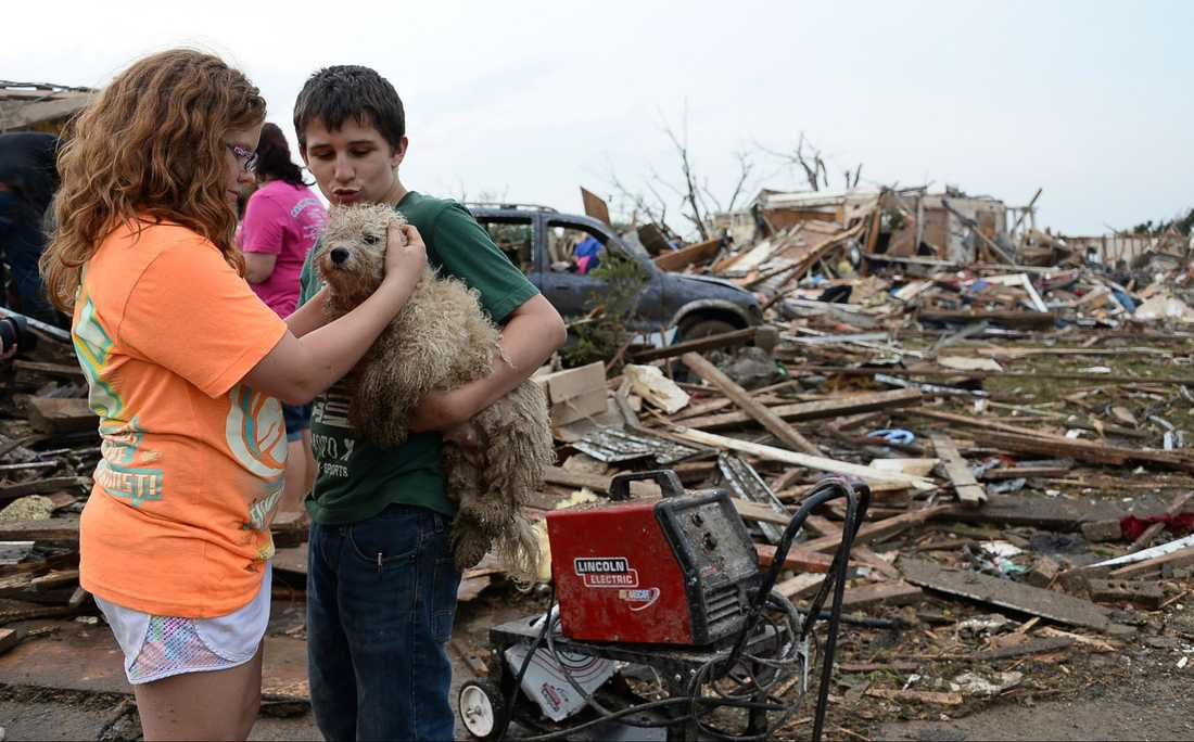 Madi Abby och Zatterlee Peterson tröstar hunden Ribby.
