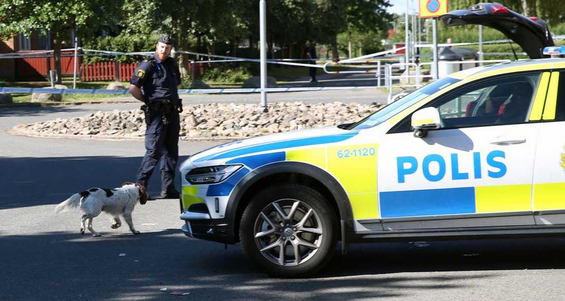 En man hittades skjuten i ett bostadsområde i Kristianstad.
