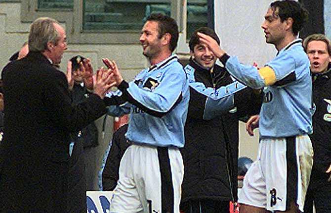 I Lazio skördade Svennis ånyo stora framgångar. Här firar han en seger tillsammans med bland andra serbiske backen Sinisa Mihajlovic.