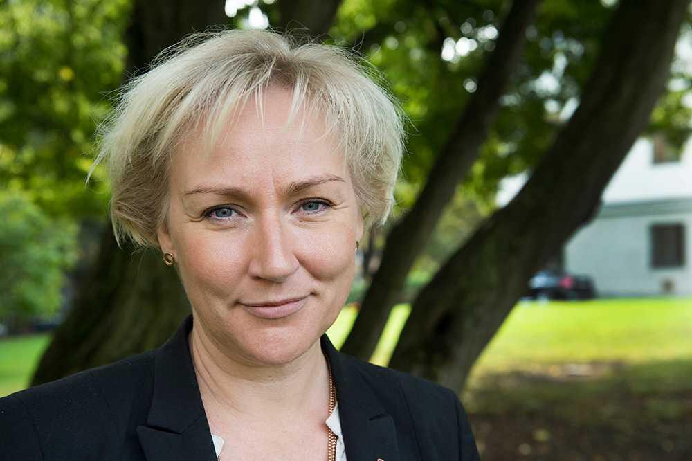 TOBAKSAKTIER Helene Hellmark Knutsson, minister för högre utbildning och forskning, har två fonder, den ena är Allemansfond komplett som har aktier i Philip Morris international.