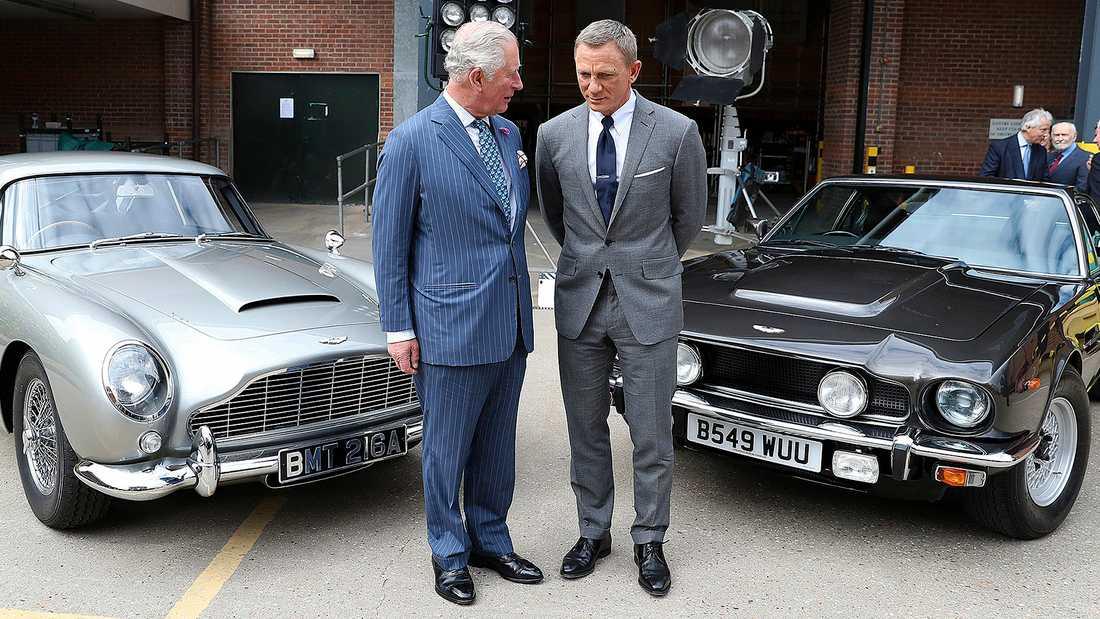 """Prins Charles spanade in de två specialtillverkade  Aston Martin-bilarna, i modellerna DB5 och V8, tillsammans med """"Agent 007""""."""
