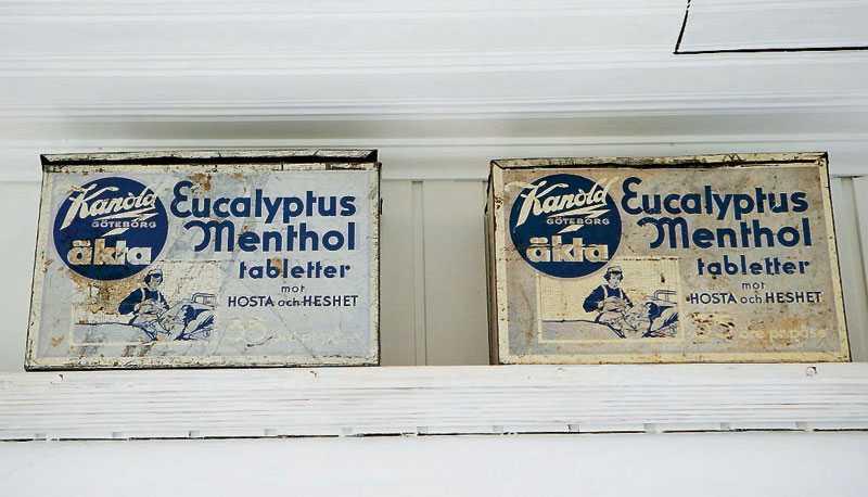 Detaljer på oväntade ställen – det gillar både Josse och Andreas. Här fick de patinerade reklamskyltarna sin plats strax under taket.