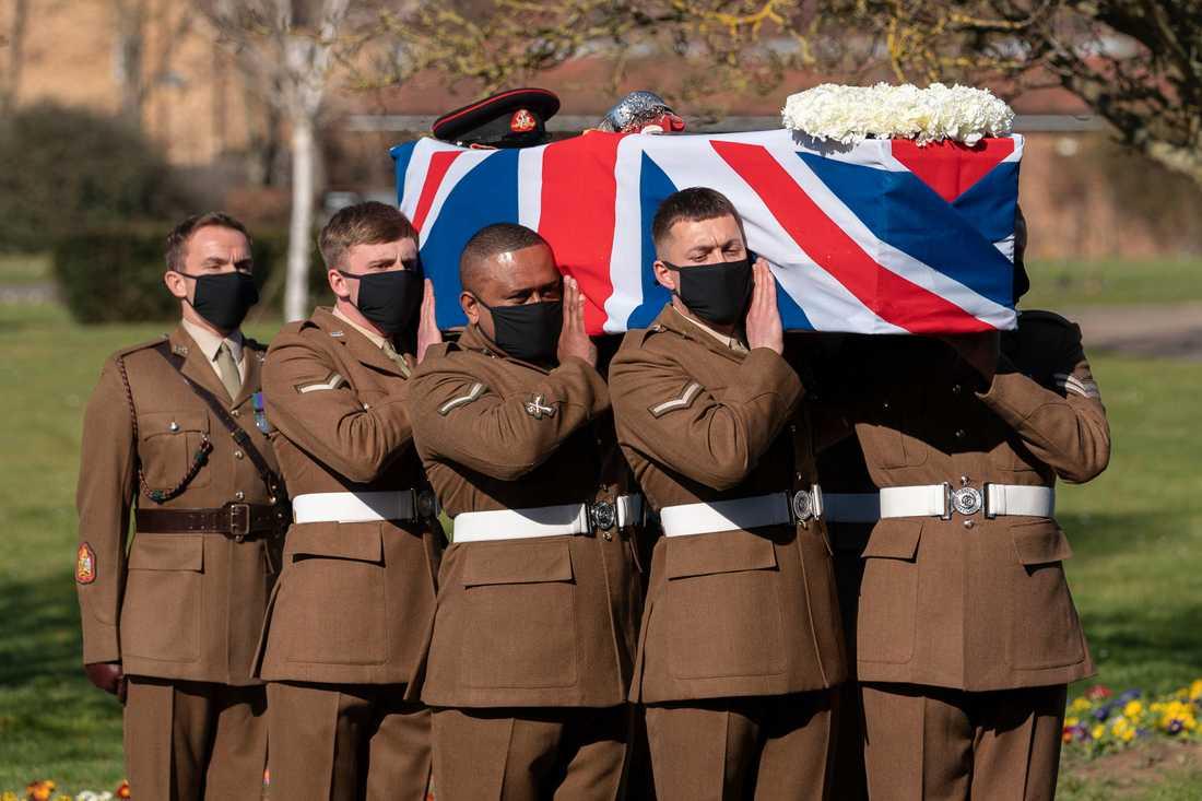 Soldater bär sir Tom Moores kista vid lördagens begravning i Bedford i England.