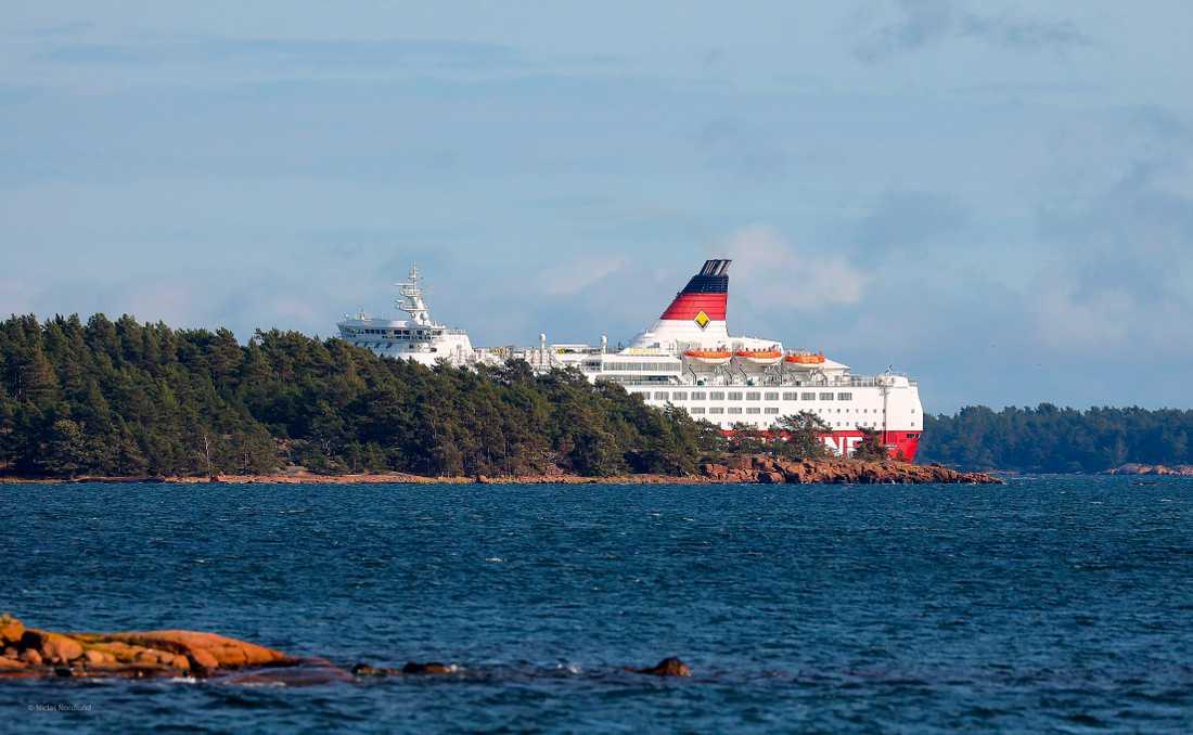 Förberedelser pågår för att fartyget Amorella ska kunna flyttas till hamnen i Långnäs.
