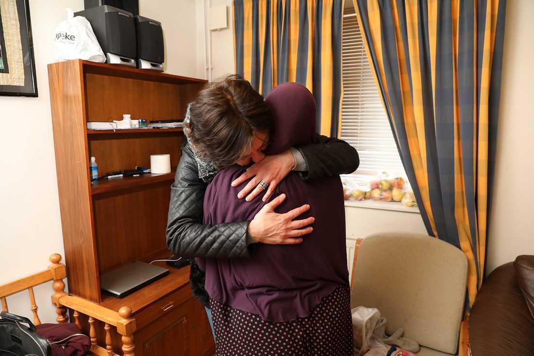 Mamman kramas om av en vän efter att hon fått beskedet att sonen släppts.