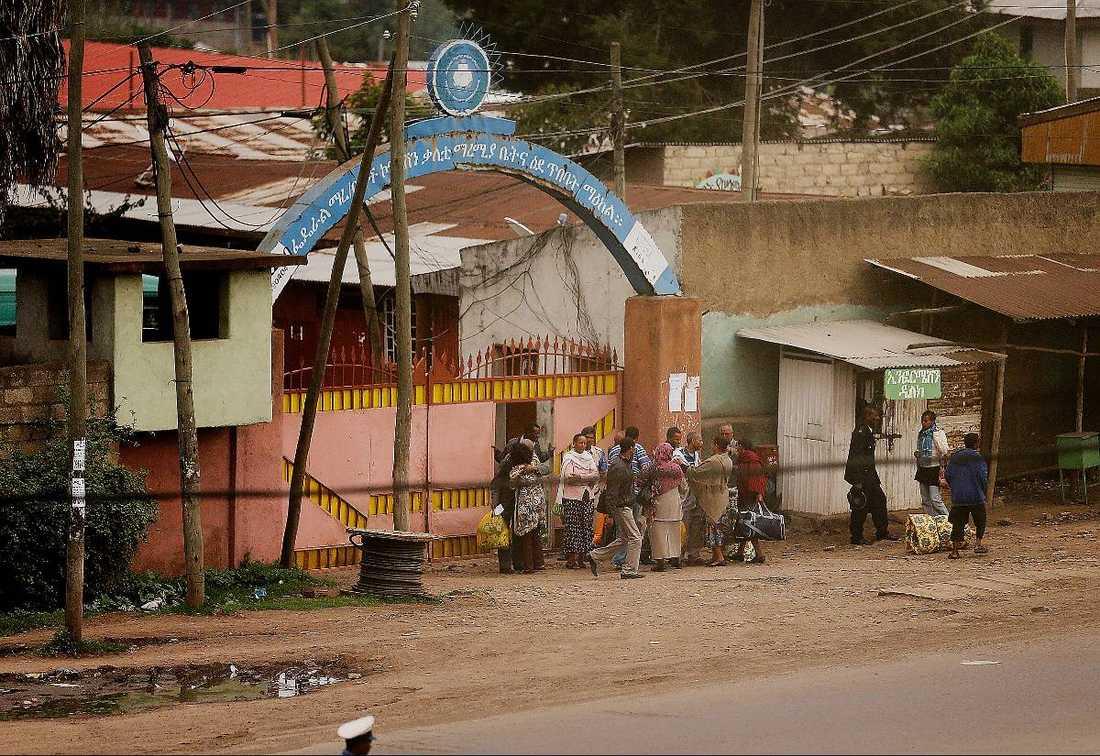 """Kalityfängelset i utkanten av Etiopiens huvudstad Addis Abeba rymmer mellan 15 000 och 20 000 fångar. De hålls inspärrade i lådor av korrugerad plåt i 40-gradig värme. """"Vi tvingade varandra att kliva upp varje morgon och tvingade i oss mat"""", säger Johan Persson."""