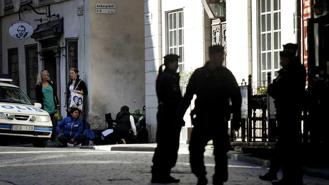 Polisen tvingas hålla nyfikna på avstånd.