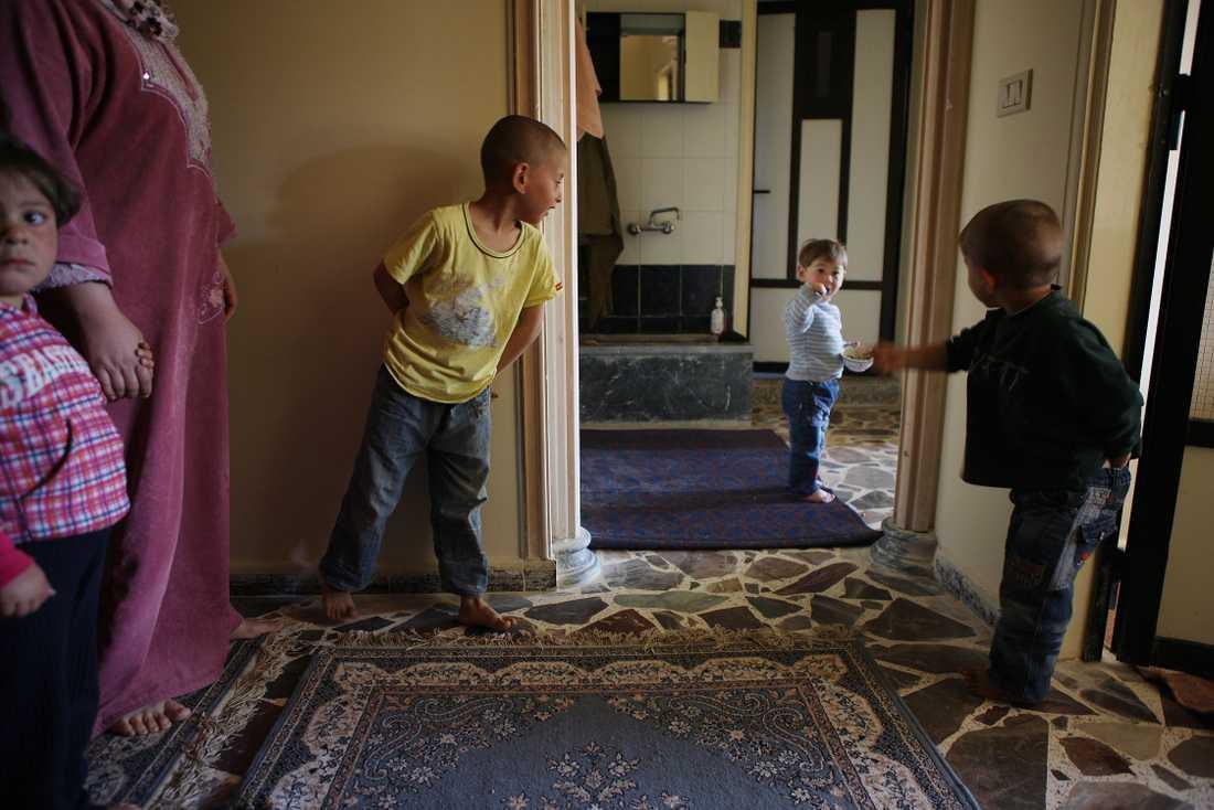 På flykt 41-årige Emyagr och hans familj får låna en lägenhet av en släkting.
